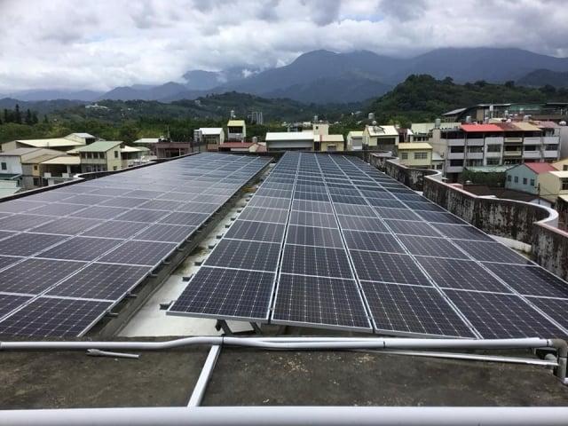 台中市將有101所學校響應「太陽能」發電,圖為台中市新盛國小屋頂太陽能板。(台中市政府提供)