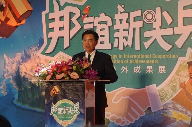 外交部長吳釗燮26日主持「科技援外成果展」時表示,協助澳洲收治難民來台就醫,台灣先進醫療品質值得驕傲。(記者李怡欣/攝影)