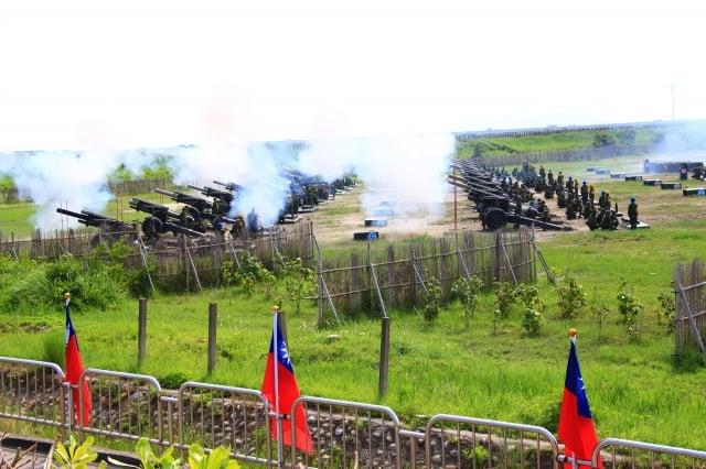 陸軍的「155榴彈牽引砲」實彈射擊演練,多門火砲共發射了108發,吸引大批民眾觀看砲彈射擊的震撼,場面壯觀。(中央社)