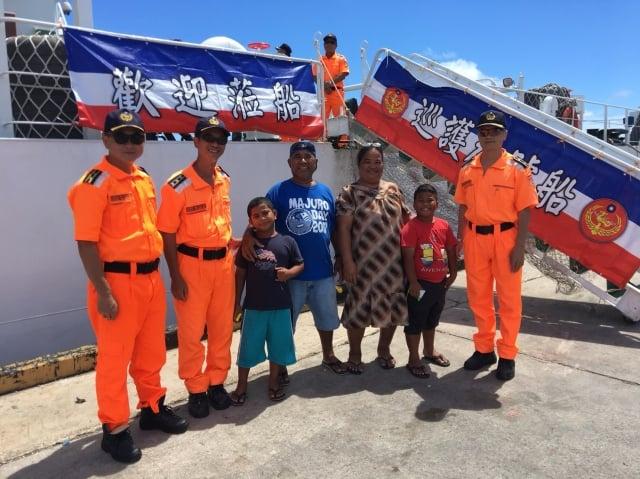 海巡署巡護九號執行遠洋護漁,抵達友邦馬紹爾群島進行補給,拚外交開放民眾登船參觀。(海巡署提供)