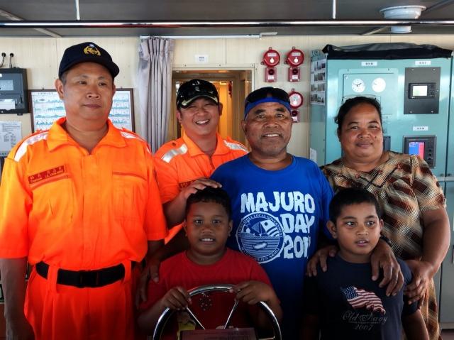 巡護九號執行遠洋護漁,登馬紹爾群島拚外交,開放當地民眾登船參觀。