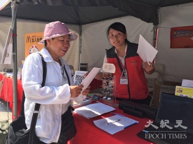 29日不到中午,已經有近百位民眾在台中市勞工局留下資料。
