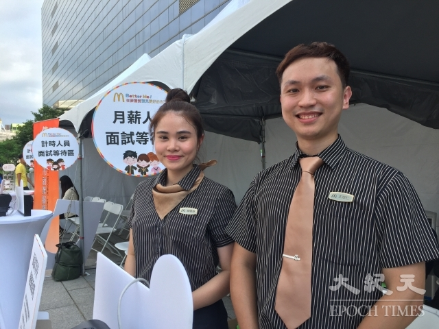 胡雪芬(左)因為工作氣氛好,從兼職人員轉為正職人員,王宗仁則認為公司內部升遷管道透明有序,十分吸引人。(記者謝平平/攝影)