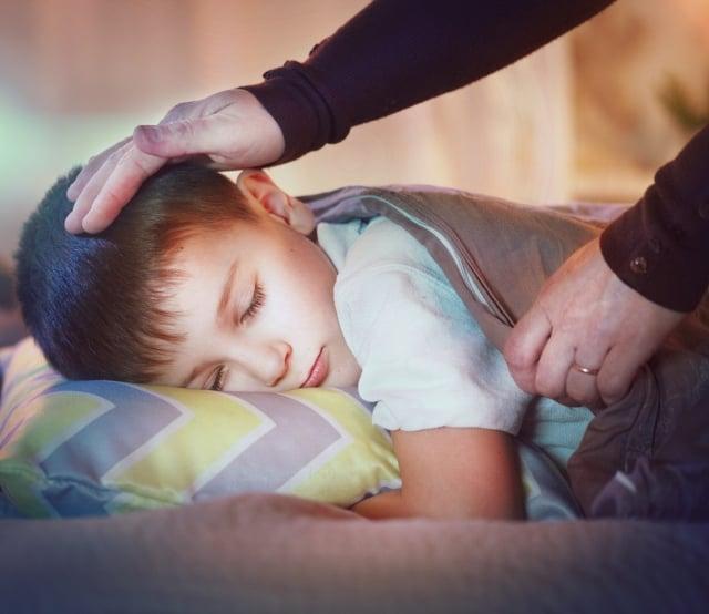 高燒中,男孩看到姐姐和死去的親人們在一起。示意圖。(Subbotina Anna/Shutterstock)