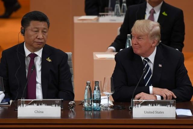 美國川普政府反對讓中國最大行動通訊服務商「中國移動」(China Mobile)進入美國電信市場,認為這家中國國有企業將威脅美國的國家安全。圖為2017年G20川普(右)和習近平(左)。( PATRIK STOLLARZ/AFP/Getty Images)