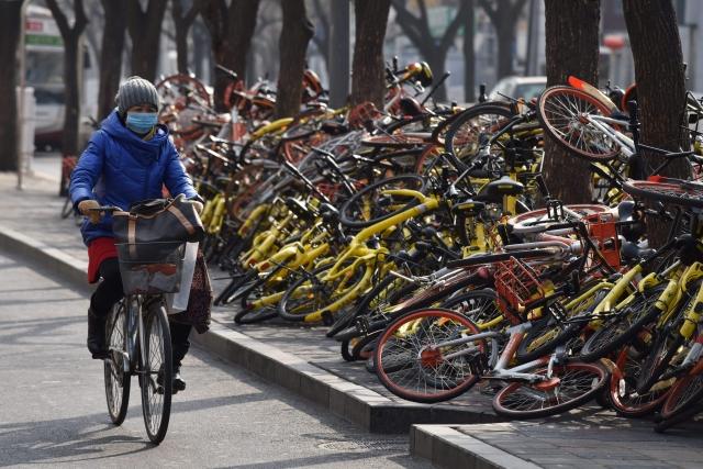 財信傳媒董事長謝金河表示,中國的共享經濟銀行融資超過千億人民幣,但都是燒錢居多,在街頭也經常看到被棄置的共享單車。圖為中國大陸街頭被棄置的共享單車。(Getty Images)