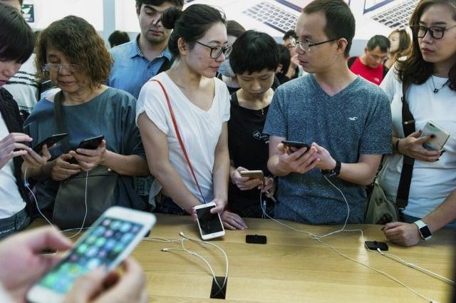 有民眾在中國使用iPhone,發現中華民國國旗的表情符號無法顯示,還會造成App當機。圖為北京蘋果公司門市。(AFP)