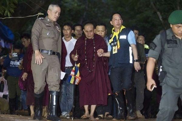 6月29日,高僧古巴汶春在山洞外告訴家屬說:「不用擔心,少年們安全,他們幾日後就會出來。」(Linh Pham/Getty Images)