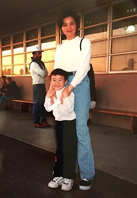 凱西與兒子資料照。(凱西提供)