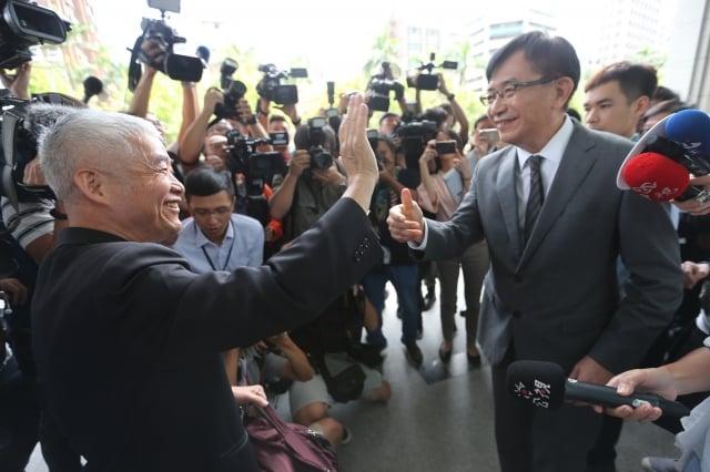 卸任交通部長賀陳旦(前左),向新任交通部長吳宏謀(前右)與交通部同仁揮手致意。(中央社)