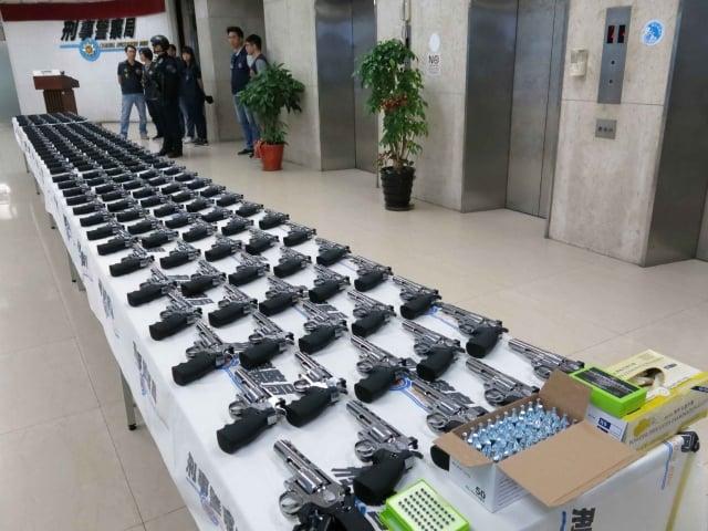 刑事局破獲504把具殺傷力空氣槍。(刑事局提供)