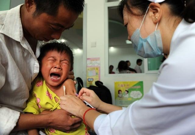 中國爆發新一輪公共衛生危機。在一家大型製藥商被爆出提供劣質疫苗給3個月大的嬰兒之後,中國家長們說,他們對制度失去信心。(STR / AFP / Getty Images)