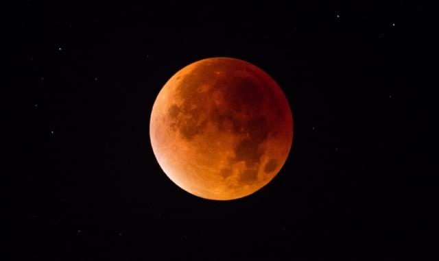 7月28日凌晨,一個世紀以來最長的月全食/血月即將登場,屆時月亮變成血紅色超過100分鐘。(Matt Cardy/Getty Images)
