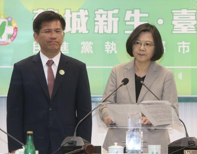 總統蔡英文(右)25日對2019年東亞青運無預警遭停辦一事發表嚴正聲明 。(中央社)