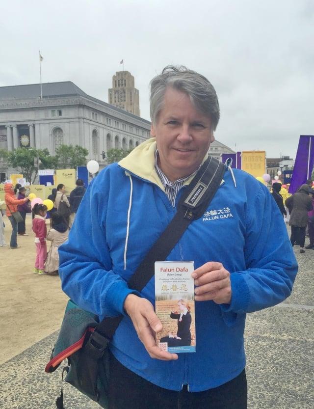 2016年5月9日,克里斯•紀澤在舊金山參加慶祝世界法輪大法日活動。(明慧網)