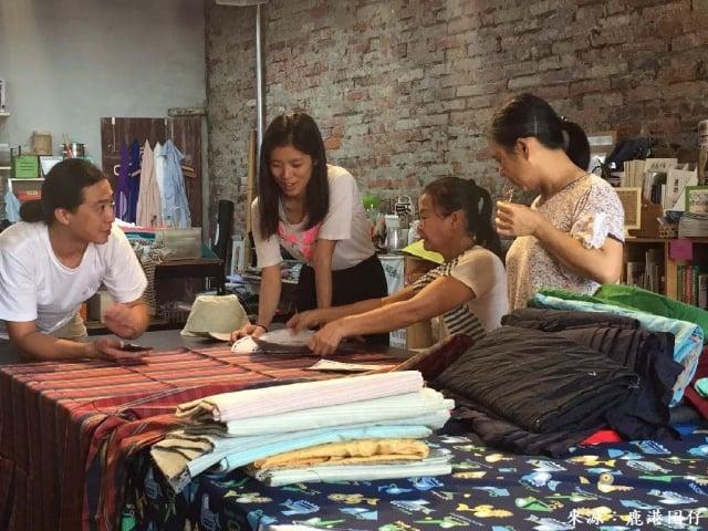 青年林純瑜與今秋藝術節合作推出「剩布計畫」,捲動社區媽媽一起縫紉創作。(鹿港囝仔工作室提供)