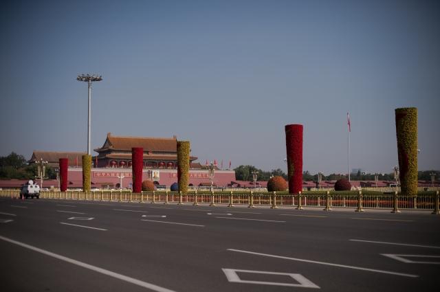 自美中貿易戰開打後,北京出現許多不尋常的政治跡象,甚至頻頻冒出中南海「政變」、反對派「逼宮」等傳言,引發外界揣想。圖為天安門廣場。(NICOLAS ASFOURI / AFP)