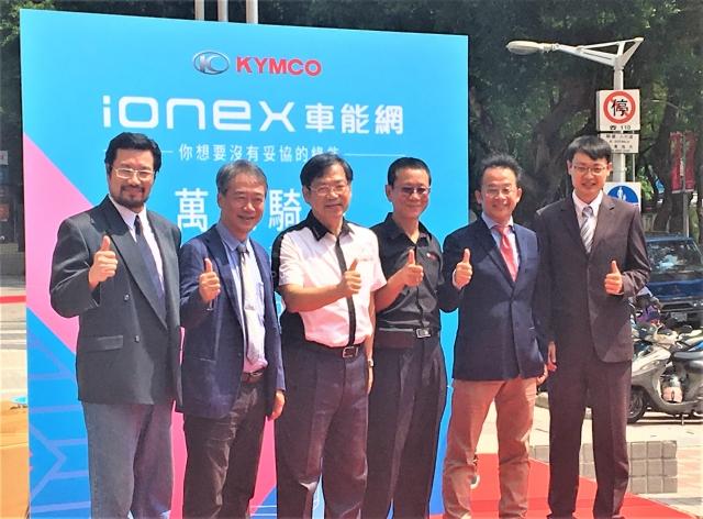 光陽執行長柯俊斌(左三)率團隊進行新車預購方案揭曉儀式。(記者廖蔚尹/攝影)