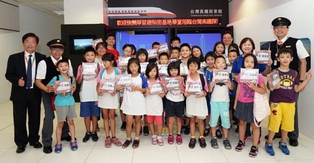 秘密基地小朋友結束高鐵探索之旅後與江耀宗董事長、吳念真理事長合影。