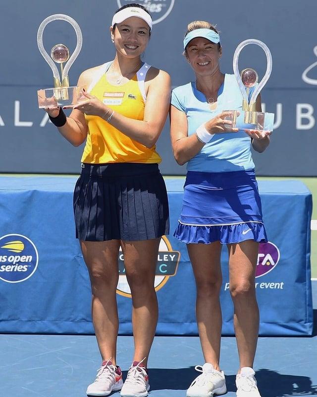 台灣網球好手詹詠然(左),6日和搭檔捷克女將佩絲克(Kveta Peschke)(右)在美國聖荷西女網賽雙打決賽以直落二獲勝奪冠,這也是詹詠然個人本季首冠。(劉雪貞提供/中央社)