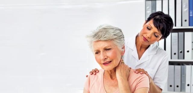 肩膀的疼痛問題除了常見的五十肩之外,還有鈣化性肌腱炎、夾擊症候群、肌腱發炎等原因所造成。(Fotolia)