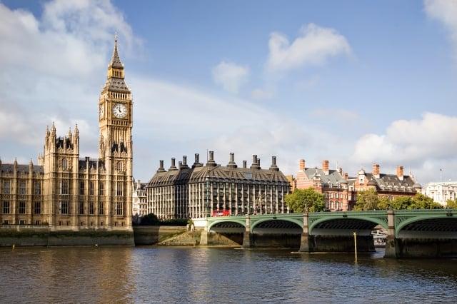 「霧都」英國倫敦的夏日時光稍縱即逝,當地人抓緊機會在戶外用餐!(Booking.com提供)