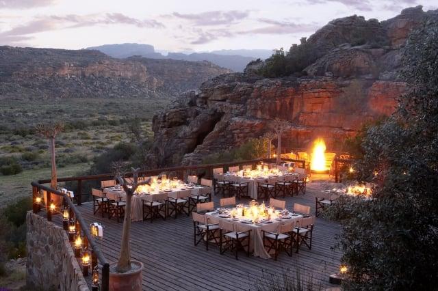 南非賽德堡壯麗的懸崖邊,一邊用餐一邊俯瞰下方壯闊的山谷。(Booking.com提供)