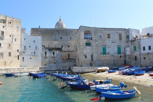 氣候宜人的「義大利莫諾波利」海岸,是旅客夏夜戶外用餐的首選。(Booking.com提供)