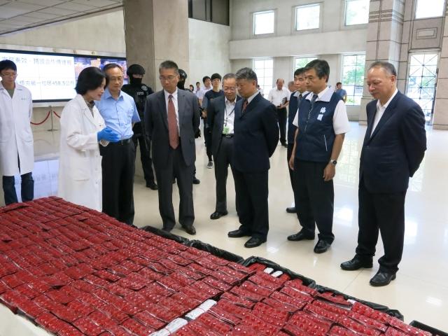 內政部長徐國勇強調,警方與海關絕對秉持毒品零容忍的精神,在國內全力查緝並阻絕境外。(刑事局提供)
