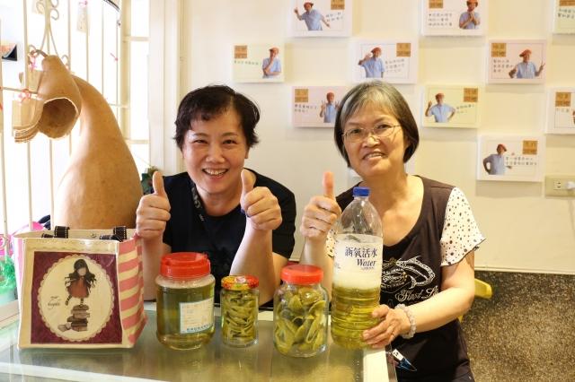 陳太太(左)、戴太太(右)因為照顧者小舖辦理的活動成為好友,互相扶持。