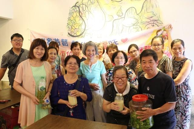 參與天然清潔劑製作的民眾合影留念,照顧者小舖可參加課程活動也可來喝杯咖啡。(嘉基提供)