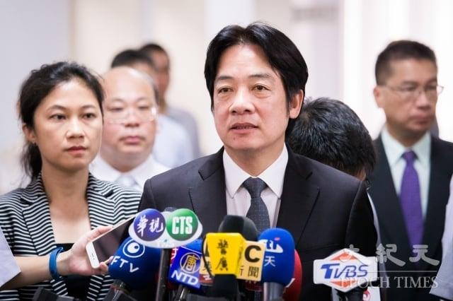行政院長賴清德(前右)13日接受媒體聯訪時,回應台北醫院火警事件。(記者陳柏州/攝影)