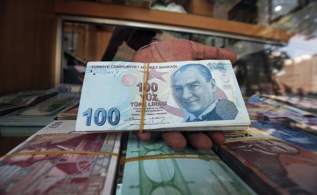川普10日宣布對自土耳其進口的鋼鐵與鋁材關稅加倍,使得里拉當日即暴跌14%,創歷史新低。(AFP)