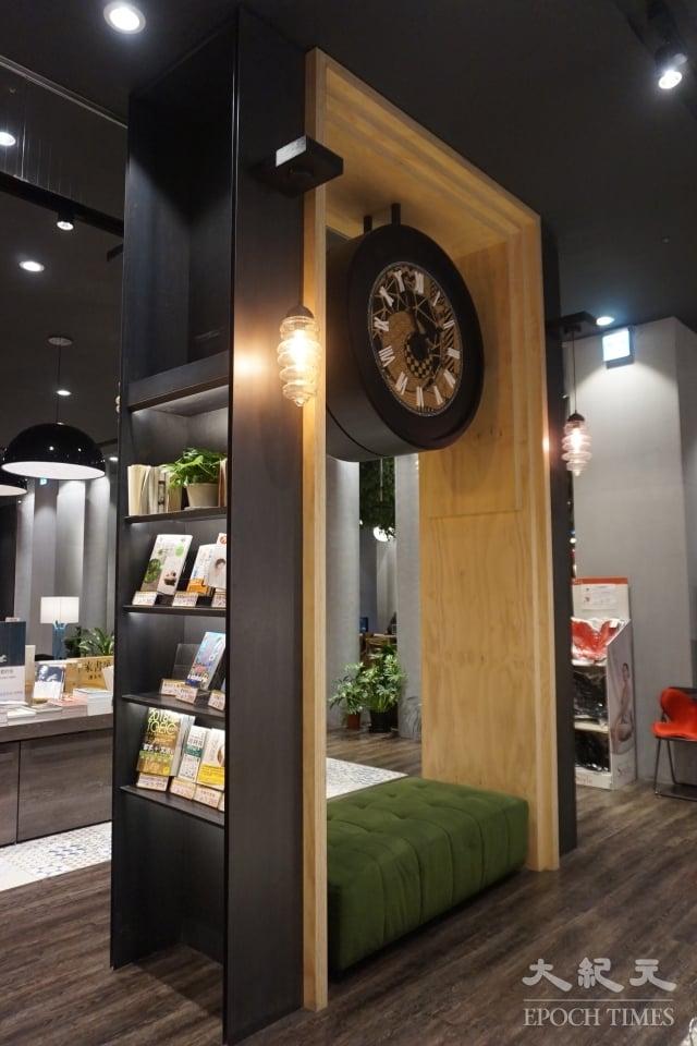 秀泰廣場站前店「小書房」設計令許多民眾經驗。(記者謝平平/攝影)