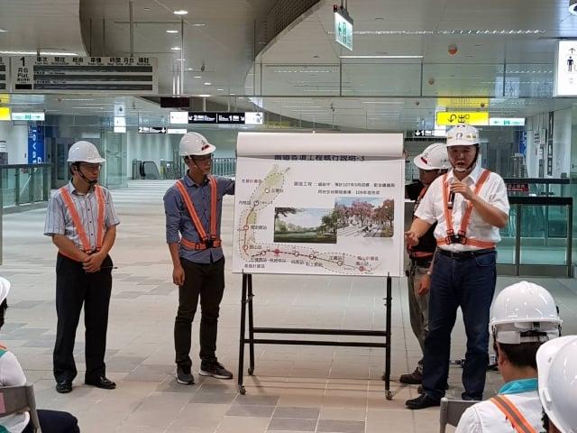 高雄市代理市長許立明(右)視察鐵路地下化工程,強調園道的重要性。(高雄市政府提供)