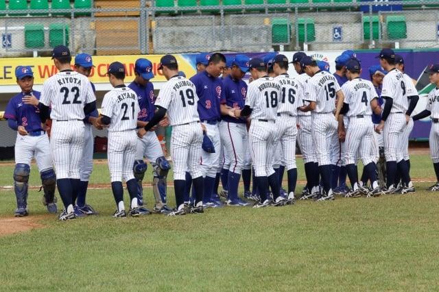 中華隊(藍衣)以2:5輸給日本隊。(中華棒協提供)