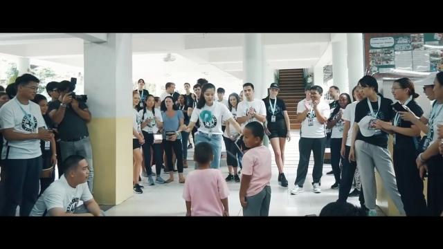 邱怡澍以扯鈴與泰國貧民窟的學童互動的畫面