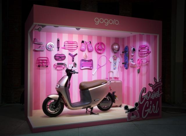 「Gogoro 2 Delight 粉紅突襲」新色車款,目標瞄準年輕女生市場,運用粉紅車色描述現代年輕女生從 17 歲到 18 歲追求獨立自主、拿到駕照後的心情轉換。(Gogoro提供)