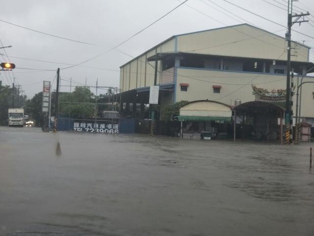 大雨襲擊南台灣,屏東23日多處淹水嚴重。屏東長治鄉豪雨不斷。