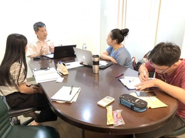 業師輔導點點塑團隊左起洪以柔、邱申富、劉庭瑄。(中原大學提供)