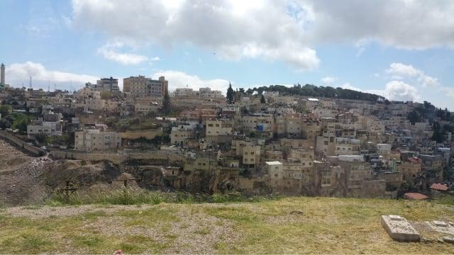 耶路撒冷。猶太人的聖殿,就位於此處的聖殿山。《希伯來聖經》中先知預言,彌賽亞會出現在「第三聖殿」時期。(維基百科)