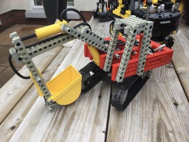 卡爾弗特9歲時收到的挖土機樂高模型禮物。(卡爾弗特提供)