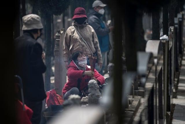 自2015年上半年以來,中國平均墓地的成本已經飆升了41%。圖為掃墓的中國民眾。(JOHANNES EISELE/AFP/Getty Images)