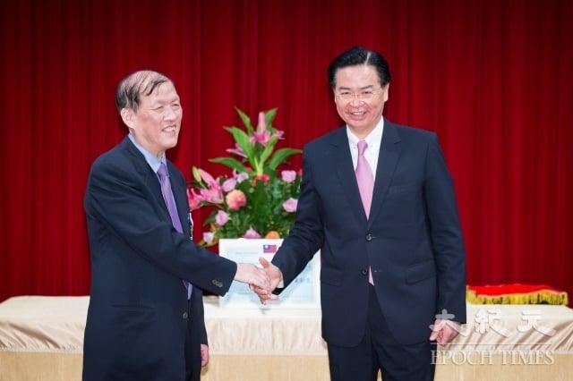 外交部長吳釗燮(右)8月29日頒贈中國醫藥大學附設醫院「外交之友貢獻獎」,並由該院院長周德陽(左)代表受獎。(記者陳柏州/攝影)