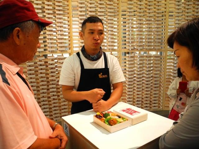 洪偉鈞為民眾介紹台東新便當菜色及做法。