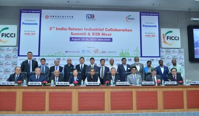 經濟部次長王美花(前排左4)出席在印度新德里舉辦的台印產業高峰論壇,會中台印共同宣布2投資案。(經濟部提供)