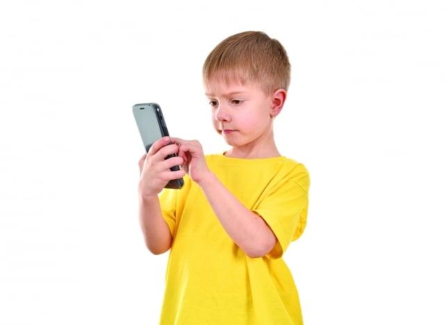 手機的電磁波刺激,容易使兒童罹患腦癌,所以歐美小學校禁止學生使用手機,聯合國也對此發出過警告。(Fotolia)