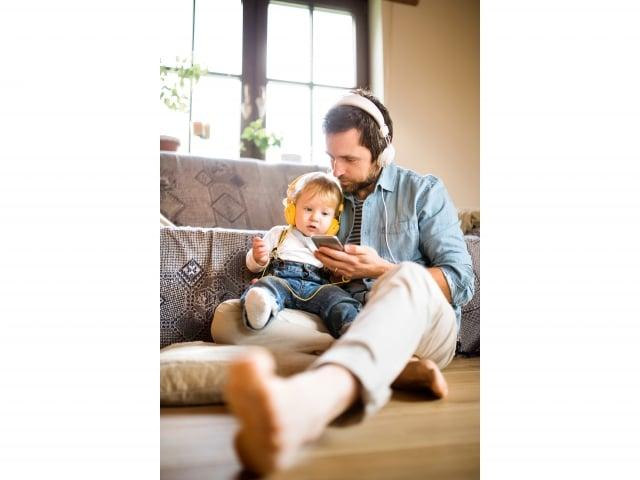 平時放置離開人體1公尺以上較好,可以安上耳機聽電話,不直接貼近大腦。(123RF)