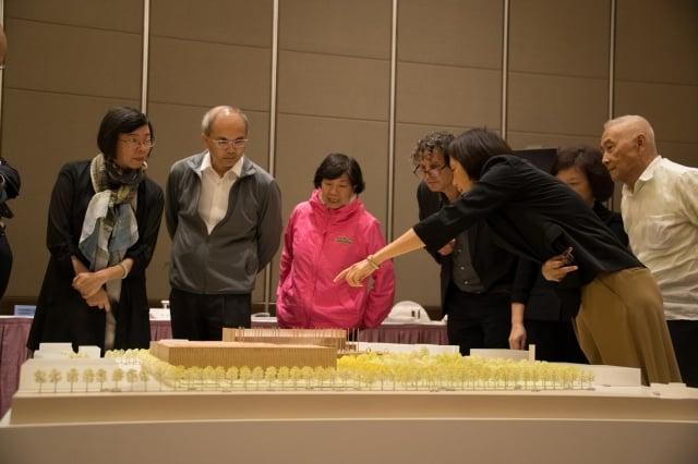 評選委員熱烈討論國圖南部分館首獎作品模型。