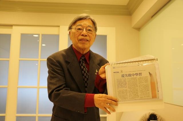王健收藏刊登於大紀元上的專欄簡報。(莊宜真/攝影)